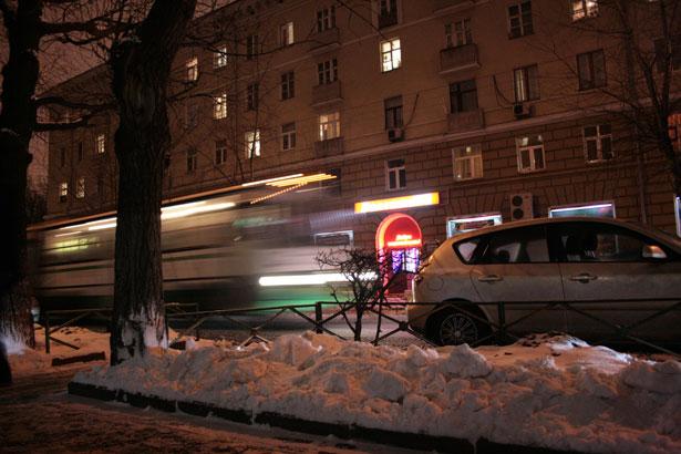 Bus dans la rue la nuit