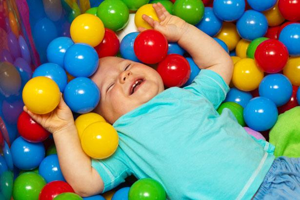 Bebé con las bolas de juego