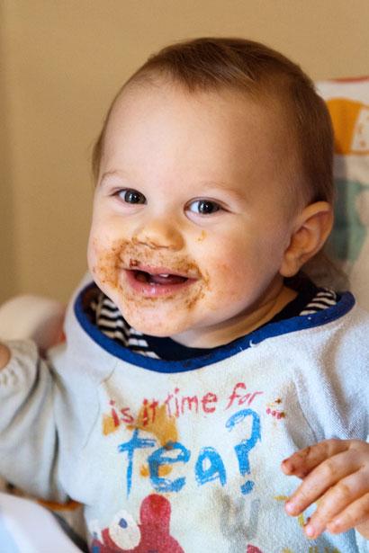 Bebé después de comer chocolate