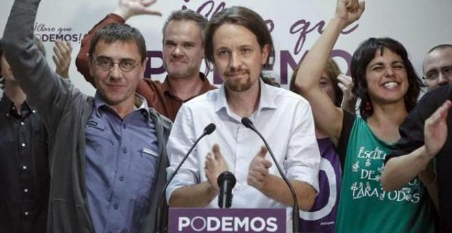 Pablo Iglesias, Juan Carlos Monedero y otros miembros de Podemos celebran los cinco escaños obtenidos en las elecciones europeas del domingo(25 de mayo de 2014). EFE.