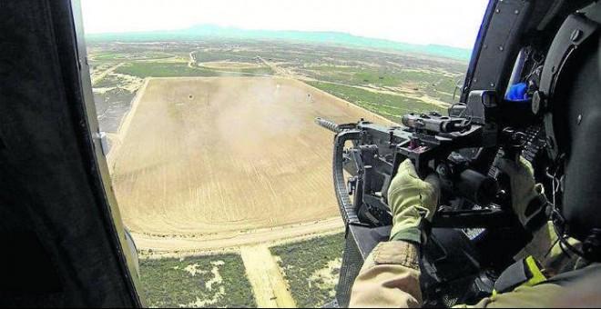 Un soldado dispara a las dianas en tierra con su ametralladora durante las prácticas en el campo de tiro de Bardenas. (Ministerio de Defensa)