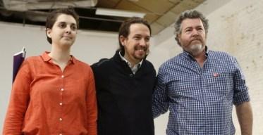 El secretario general de Podemos, Pablo Iglesias, junto a Juantxo López de Uralde, de Equo, y Marta Victoria Pérez, coordinadora del grupo Nuevo Modelo Energético de la formación morada. EFE/Chema Moya