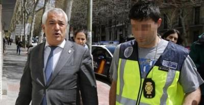 Luis Pineda a la salida de la sede de Ausbanc en la calle Marqués Urquijo de Madrid, durante el registro realizado por la Policía Nacional. EFE/Ballesteros