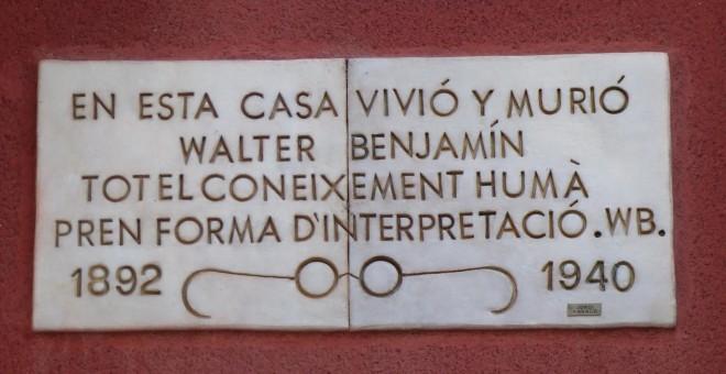 Placa en la casa en la que murió Walter Benjamin
