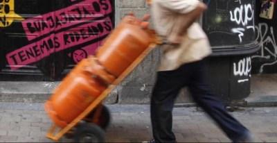 Un trabajador traslada unas bombonas de butano. REUTERS