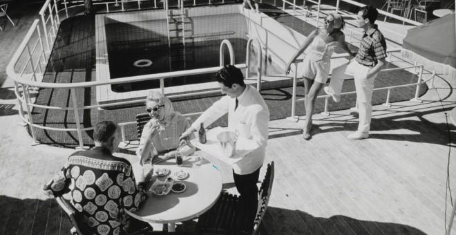 Pasajeros del barco, en la cubierta del Santa María, donde la vida transcurría con normalidad durante el secuestro.