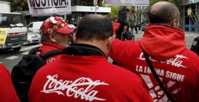 Los trabajadores de la embotelladora de Coca Cola, en una concentración delante de la sede nacional del PP, el pasado diciembre. EFE