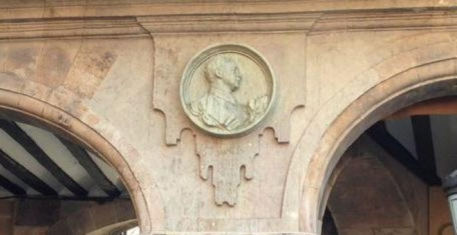 Medallón del dictador Francisco Franco en la Plaza Mayor de Salamanca