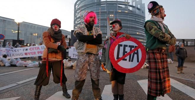 Un manifestante en contra del CETA disfrazado de payaso en Estrasburgo, Francia. / REUTERS