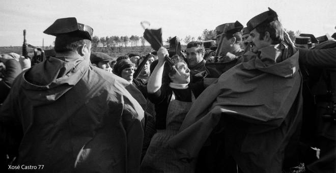 Foto publicada en 'La Voz de Galicia' que simbolizó el conflicto de As Encrobas. / ARCHIVO GRÁFICO DE XOSÉ CASTRO