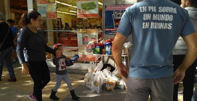 Centro Social y Nacional de Salamanca repartiendo comida en la cale
