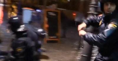 Agentes antidisturbios cargan contra reporteros en el Jaque al Rey de marzo de 2012.- FRAGMENTO VÍDEO COMISIÓN LEGAL SOL