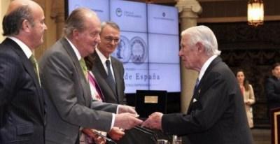 Enrique Sendagorta, presidente de honor de Sener, recibe el Premio a la Trayectoria Empresarial, en junio de 2014. EFE