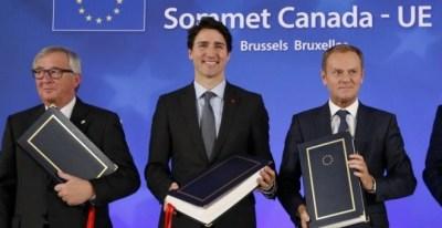 El presidente de la Comisión Europea, Jean Claude Juncker, el primer ministro de Canadá, Justin Trudeau, y el presidente del Consejo Europeo, Donald Tusk, tras la firma del CETA en Bruselas, en octubre de 2017. AFP/François Lenoir