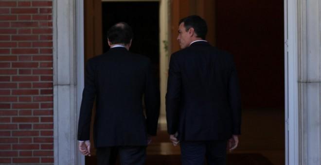 El presidente del Gobierno, Mariano Rajoy, con el secretario general del PSOE, Pedro Sanchez, en una reunión en el Palacio de la Madrid, al día siguiente del referéndum del 1-O en Catalunya. REUTERS/Rafael Marchante