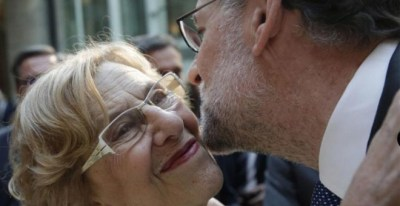 El presidente del Gobierno, Mariano Rajoy, saluda a la alcaldesa de Madrid, Manuela Carmena.- EFE