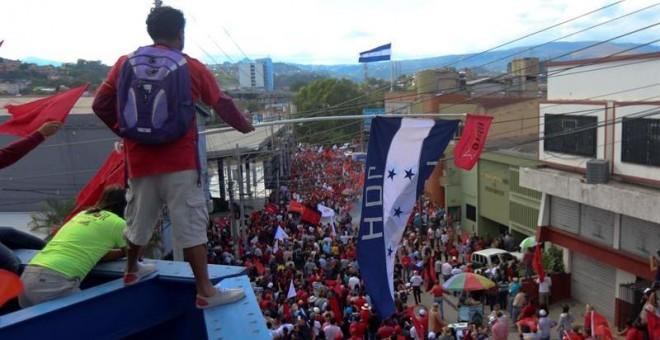 Simpatizantes de la Alianza de Oposición contra la Dictadura realizan un plantón frente al edificio del Tribunal Supremo Electoral (TSE) el lunes 27 de noviembre de 2017 en Tegucigalpa (Honduras). EFE/Gustavo Amador