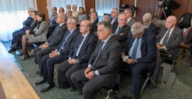 Los 22 ex altos cargos de la Junta de Andalucía, entre ellos los expresidentes socialistas Manuel Chaves (4d), y José Antonio Griñán (3d), sentados en la sala de la Audiencia de Sevilla donde ha comenzado el juicio por el que se les acusa de prevaricación
