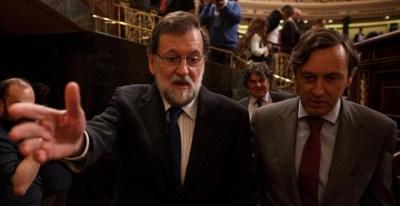 El presidente del Gobierno, Mariano Rajoy, con el protavoz del Grupo Parlamentario Popular, Rafael Hernando. REUTERS