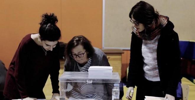 Varias personas se disponen a constituir una de las mesas de votación en la Escola Pere IV de la ciudad condal , más de cinco millones y medio de catalanes están llamados a las urnas en esta jornada de elecciones autonómicas.EFE/Juan Carlos Cárdenas