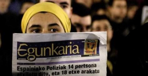 Mujer con un ejemplar del periódico 'Egunkaria'.