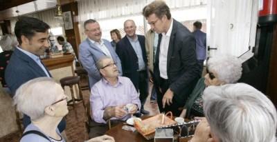 Alberto Núñez Feijóo acompañado por el conselleiro de Política Social de la Xunta, José Manuel Rey Varela visitando a personas mayores. /EFE