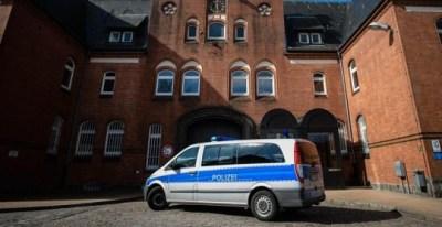 Un coche de policía pasa delante del acceso de la prisión de Neumünster (Alemania) hoy, 2 de abril de 2018. La Fiscalía alemana espera comunicar su decisión sobre la petición de extradición a España del expresidente de la Generalitat Carles Puigdemont mañ