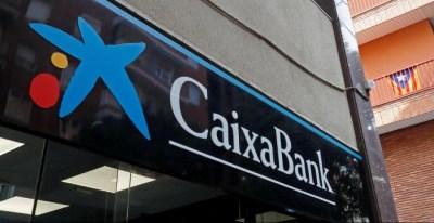 Una oficina de Caixabank en Barcelona. REUTERS/Yves Herman