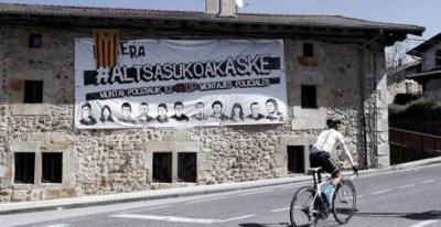 Pancarta en apoyo de la libertad de los ocho jóvenes condenados por una pelea de bar con dos guardias civiles | EFE