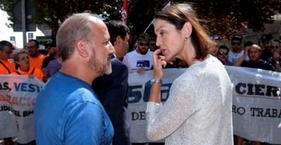La ministra de Industria, Reyes Maroto, conversa con el presidente del comité de empresa de Vestas, José Enrique Gallego. EFE/ Nacho Gallego