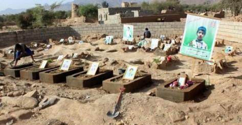 Tumbas de varios de los niños asesinados en el ataque de agosto contra un autobús en la provincia yemení de Saada en el que murieron 50 personas. - AFP