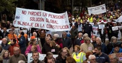 Asistentes a la manifestación manifestación convocada hoy por centenar de colectivos y plataformas sociales bajo el lema 'Si nos movemos, lo cambiamos todo' que ha finalizado en la Puerta del Sol. EFE/Luca Piergiovanni