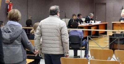 09/11/2018.- Los padres de Iñigo Cabacas, fallecido tras el impacto de una pelota de goma disparada por la Ertzaintza, ante al tribunal que juzga el caso en la jornada en que concluye el juicio con la presentación de los informes de las partes. EFE/Luis T