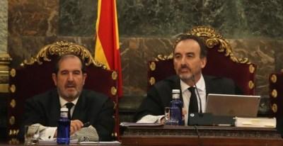 El magistrado Manuel Marchena (d) preside el tribunal, junto al juez Andrés Martínez Arreieta (i), al inicio de la vista por las cuestiones previas del caso del 'procés' | EFE/Ballesteros