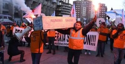 Trabajadores de Alcoa de Avilés y A Coruña durante la manifestación ante el Ministerio de Industria. - EFE
