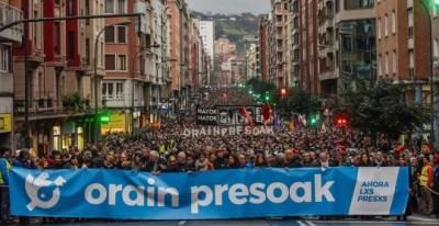 12/01/2019.- Decenas de miles de personas se han manifestado hoy en Bilbao para pedir cambiar la política penitenciaria que se aplica a los reclusos de ETA. EFE/Miguel Toña