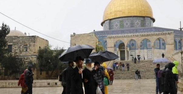 Judíos visitan el complejo de la mezquita de Al-Aqsa en la Ciudad Vieja de Jerusalén. / AFP - AHMAD GHARABLI