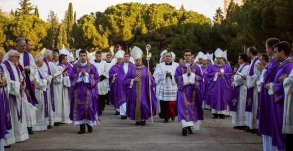 El presidente de la Conferencia Episcopal española, cardenal Ricardo Blázquez (c), durante la peregrinación al Santuario del Sagrado Corazón en Getafe. /EFE