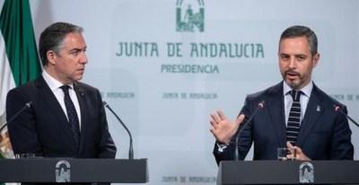 Elías Bendodo y Juan Bravo, esta mañana, en rueda de prensa tras el Consejo de Gobierno