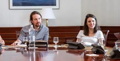 El secretario general de Podemos, Pablo Iglesias, junto a otros dirigentes de Podemos de las confluencias y también de Izquierda Unida, como Yolanda Díaz (i) e Irene Montero (d), durante la reunión de la mesa política Confederal para las negociaciones de