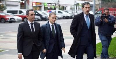 El fiscal jefe de Álava, Josu Izaguirre (d) el juez instructor del caso, Roberto Ramos (c) y el fiscal, Manuel Pedreira entran en el juzgado este martes. EFE/Adrián Ruiz de Hierro