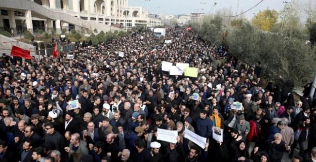 03/01/2020 - Los manifestantes protestan contra el asesinato del general iraní Qassem Soleimani, jefe de la élite de la Fuerza Quds, y el comandante de la milicia iraquí Abu Mahdi al-Muhandis, en Teherán, Irán. / Nazanin Tabatabaee (REUTERS)