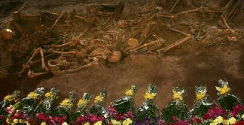 Imagen de fosas comunes en septiembre de 2007. Los familiares depositaron ramos de flores junto a los restos exhumados.