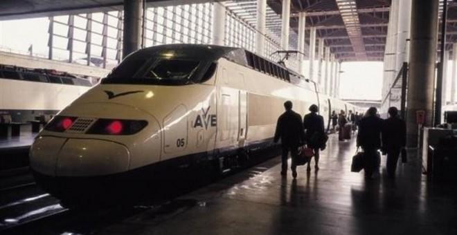 Tren AVE en la estación madrileña de Atocha. E.P.