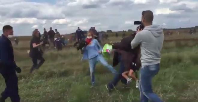 Imagen del momento en el que esta reportera parece que pone una zancadilla a un refugiado. El momento ha sido captado y subido a Twitter por el periodista Stephan Richter.