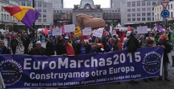 Manifestantes contra el TTIP y las políticas neoliberales, en la plaza de Luxemburgo de Bruselas. / ALEJANDRO LÓPEZ DE MIGUEL