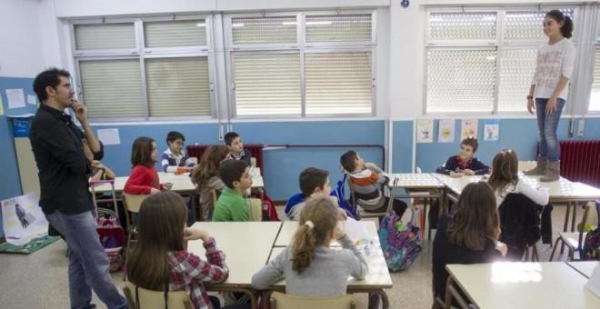 César Bona con sus alumnos de 5º de primaria en el colegio Puerta de Sancho, Zaragoza./ P&J