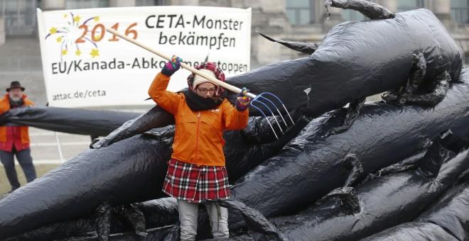Activistas de la organización antiglobalización ATTAC protestan en Berlín contra el pacto comercia CETA con EE.UU y Canadá. REUTERS/Hannibal Hanschke