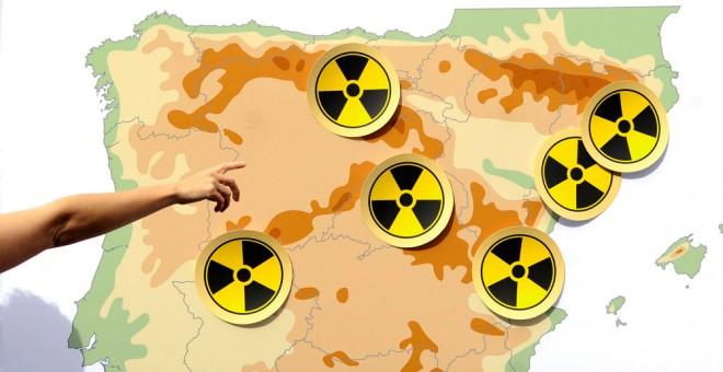 Un activista señala un mapa con los emplazamientos nucleares en España en una protesta ecologista. AFP