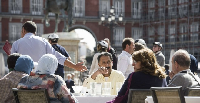 Turistas musulmanes en una terraza de la Plaza Mayor de Madrid en una imagen de archivo. EFE